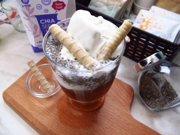 冰淇淋食譜作法│大人氣女孩兒專屬夏日限定甜品 香草奇亞籽咖啡冰淇淋
