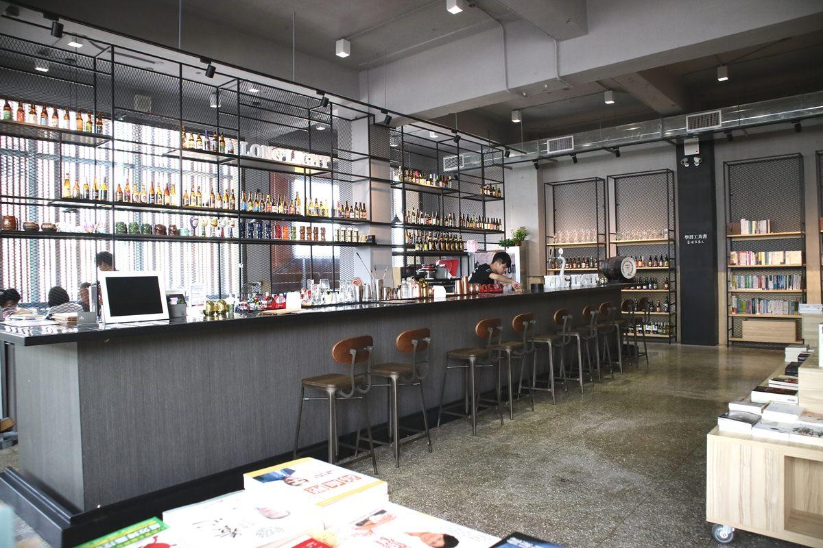 嘉義東區美食|LongLight Lounge 飄滿書香的小酒館