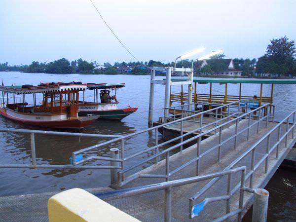 曼谷景點》水上市場一日遊:丹能沙朵水上市場、美功鐵道市場、樹中廟、泰拳公園、安怕瓦黃昏水上市場以及螢火蟲之河